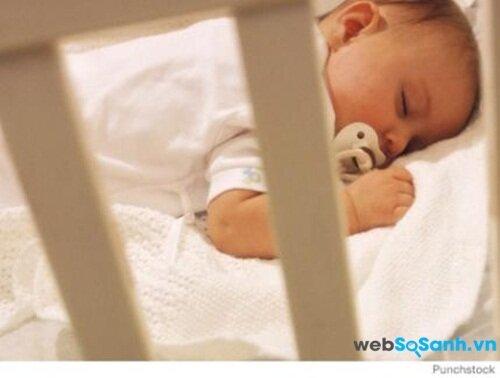 Bé ngậm núm ti khi ngủ