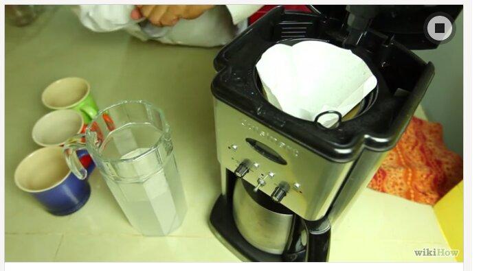 Đặt giấy lọc vào máy pha cà phê