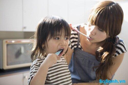 Hãy đánh răng cùng bé