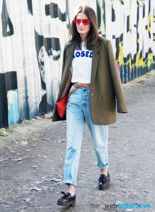 Nếu bạn chỉ ra ngoài một chút cho công chuyện vặt, bạn cần đi bộ ra phố thì đây chính là trang phục bạn nên sử dụng. Mix quần jeans + T-shirt và một đôi giày thấp (có thể là kiểu giày bánh mì, giày slip-on...). Cô gái này đã làm tăng thêm phần nổi bật cho bộ trang phục bằng cách đeo kính đỏ, túi đỏ!