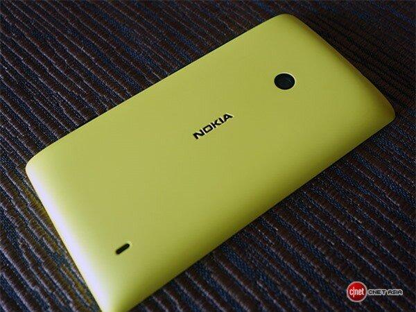 Bên cạnh đó, máy cũng chỉ sở hữu camera sau độ phân giải 5 megapixel không có đèn flash LED và cũng không hỗ trợ camera trước. Được biết, Lumia 525 có nguồn pin dung lượng 1.430 mAh mà theo những hứa hẹn của Nokia sẽ giúp thiết bị đàm thoại liên tục trong 10,6 giờ hoặc lướt web qua Wi-Fi khoảng 7,5 tiếng.
