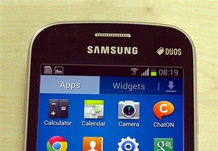 Máy sử dụng hệ điều hành Android 4.1 Jelly Bean và giao diện TouchWiz quen thuộc.