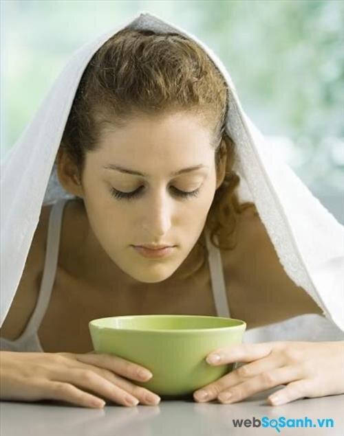 Xông hơi trị mụn cám với lá trà xanh