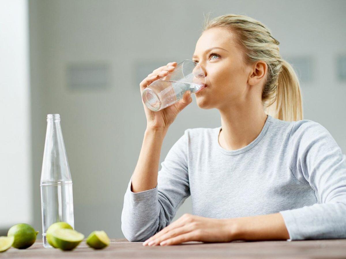 Uống nước lọc tinh khiết cho thêm vài giọt chanh rất tốt cho việc giảm cân