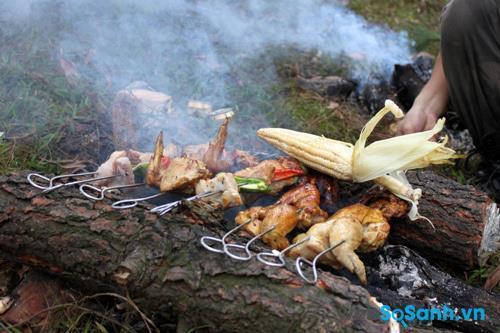 Bạn có thể tận dụng lửa trại để nướng đồ ăn nhé