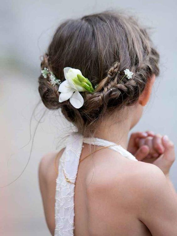 Kiểu tóc boho này sẽ giúp bé trông giống như một thiên thần bước ra từ rừng xanh vậy! Nó đơn giản, dễ làm nhưng không kém phần hiệu quả!
