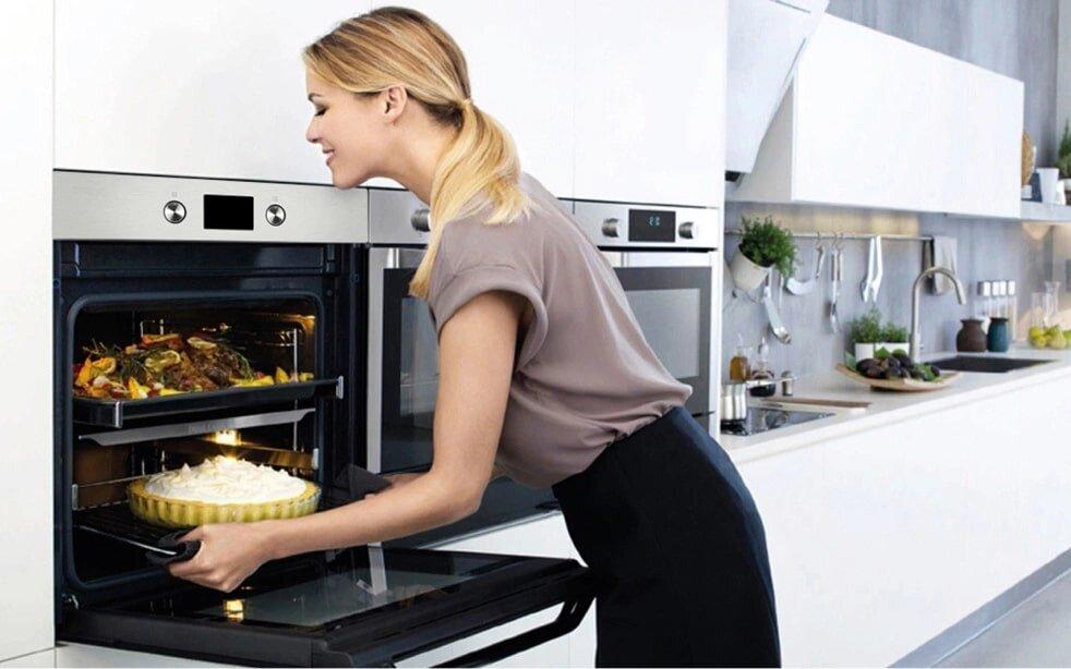 Kiểm tra bánh trước khi lấy ra lò để đảm bảo bánh chín đều