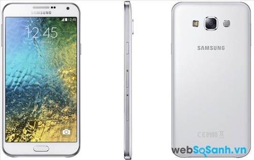 Galaxy E7 được thiết kế nguyên khối với sự kết hợp của nhựa và kim loại, kim loại được sử dụng làm khung bao quanh
