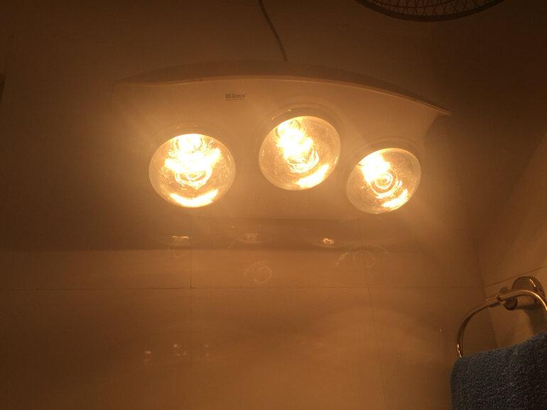 Bật đèn sưởi nhà tắm quá lâu cũng là một nguyên nhân gây cháy bóng