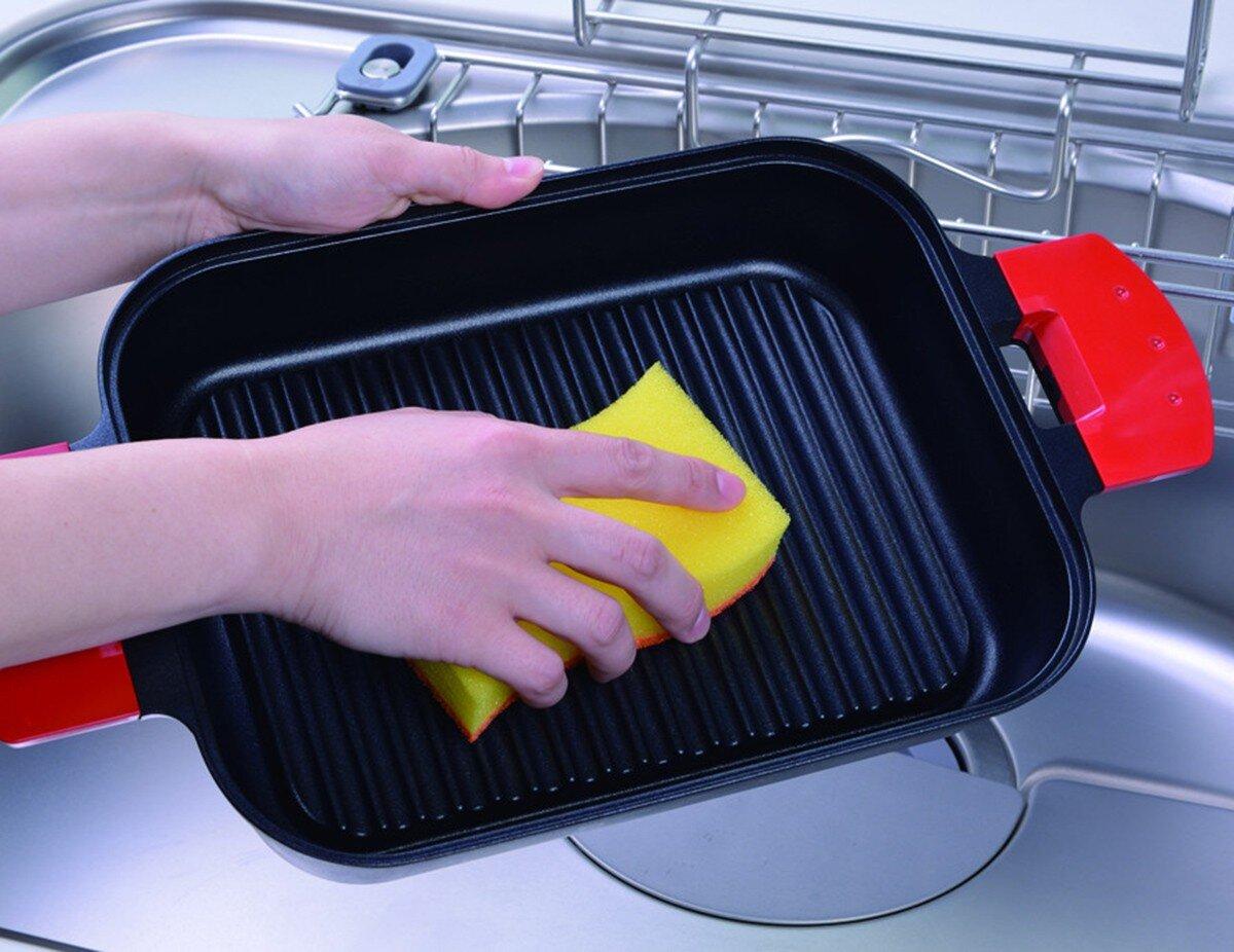 Dùng bột chất tẩy rửa để vệ sinh lò nướng