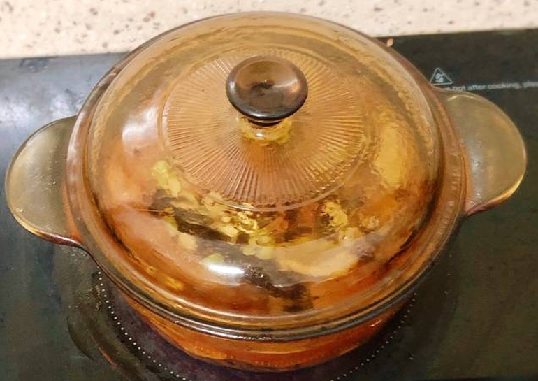 Cho nốt các gia vị mắc kén, xả, gừng, quế vào thịt đã xào xăn rồi đổ thêm1 chén nước vào, đun sôi vớt bọt rồi đậy nắp hạ nhỏ lửa lại, kho tiếp (thỉnh thoảng đảo thịt cho thấm đều)cho đến khi còn lại 1/3 nước là được