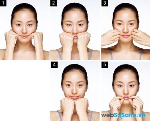 Động tác 4: Nắm hai bàn tay lại và tiếp tục sử dụng các ngón tay, xoay tròn theo chiều kim đồng hồ với lực ấn vừa phải nhằm kéo dãn các nếp nhăn quanh miệng.