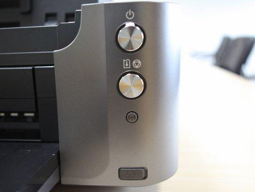 Máy với hệ thống nút bấm đơn giản tất cả đều được quản lý thông qua phần mềm chuyên dụng.