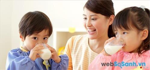 Cần pha sữa cho bé với liều lượng và nhiệt độ thích hợp