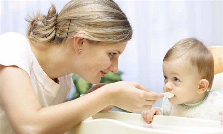 Nên cho trẻ ăn váng sữa vào buổi sáng cách bữa chính 2 tiếng