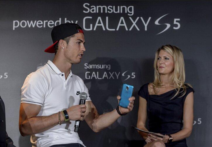 Tương tự Beckham, Cristiano Ronaldo dù ra mắt sản phẩm Galaxy S5 của Samsung, nhưng anh lại chuộng hãng khác.