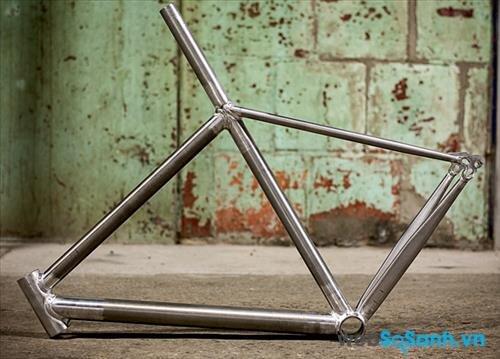 Khung xe đạp nhôm khá ổn định và hấp thụ xung động khá tốt giá lại rẻ hơn khung carbon