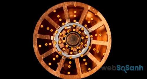 Electron bắn ra khi sợi filament của lò vi sóng bị làm nóng
