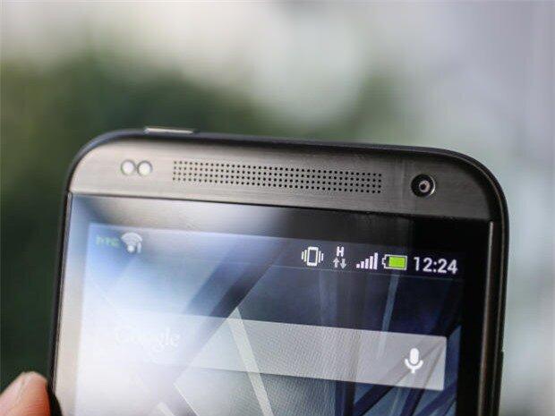 Viền mặt trước của máy có dải loa thoại lớn, camera phụ VGA và bộ đôi cảm biến