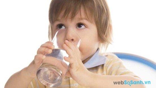 ạn cần phải cho trẻ uống nước để tránh bị mất nước (nguồn: internet)