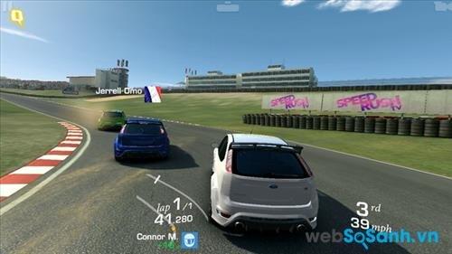 Cấu hình của smartphone Desire 728 G đủ để chơi EA Real Racing 3 tuy nhiên chất lượng hình ảnh không được đẹp