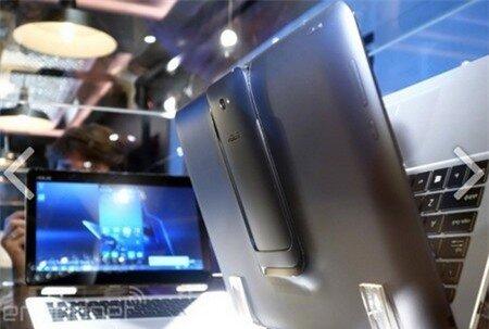 Smartphone chạy Android gắn ở mặt sau của sản phẩm