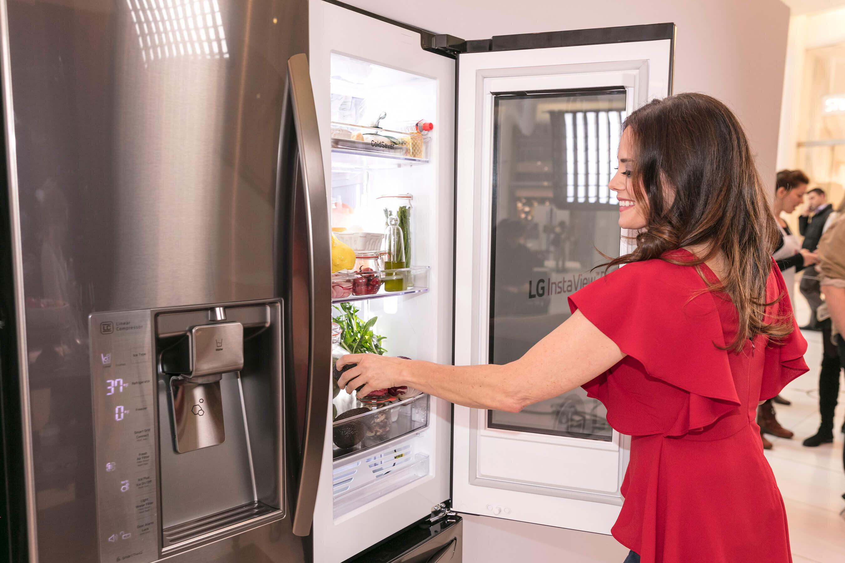 Cách sử dụng tủ lạnh Hitachi khá đơn giản với hệ thống nút cảm ứng tự động
