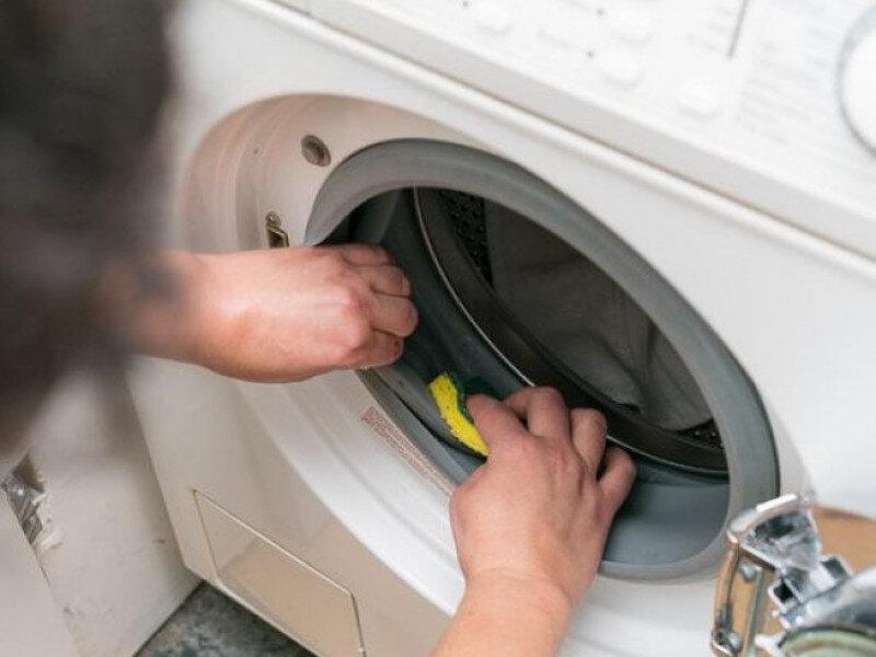 Vệ sinh thường xuyên, đặc biệt là phần nắp giúp máy giặt luôn bền đẹp