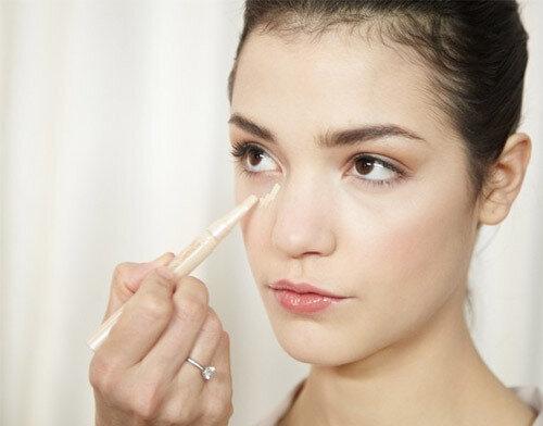 Che quầng thâm mắt là một trong những bí quyết trang điểm giúp ăn gian tuổi hiệu quả