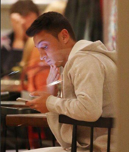 Ngôi sao Mesut Ozil của Arsenal lại đặc biệt trung thành với iPhone. Trên tay anh là chiếc iPhone 5S.
