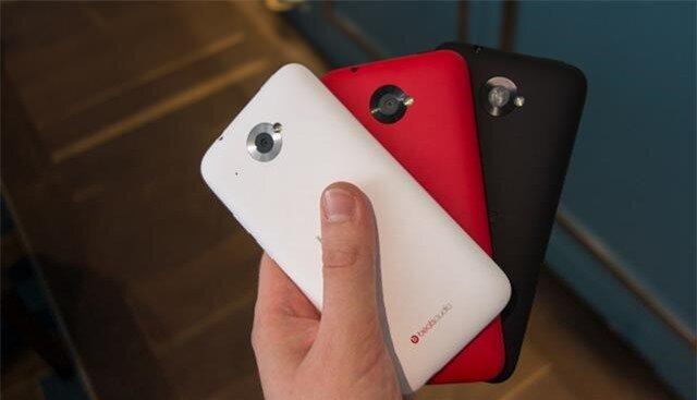 Máy được bán ra với 3 gam màu: trắng, đen và đỏ