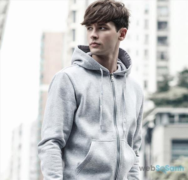 Áo khoác hoodie dài kết hợp với quần jeans khiến cho nam giới vừa lịch lãm nhưng không quá già dặn như suit.