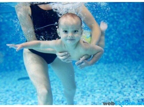Bé đi bơi