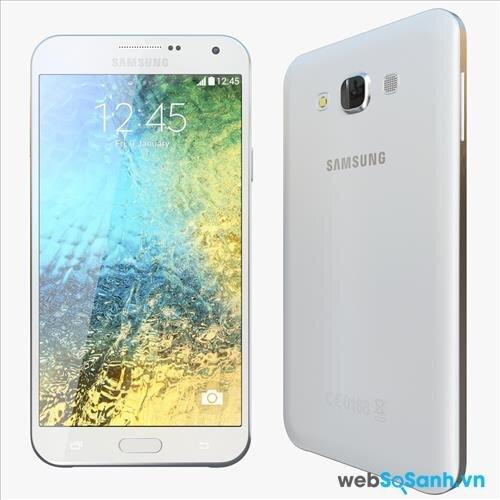 Viền xung quanh màn hình điện thoại Galaxy E7 được thiết kế khá mỏng, giúp màn hình 5.5 inch của smartphone này càng nổi bật ở mặt trước