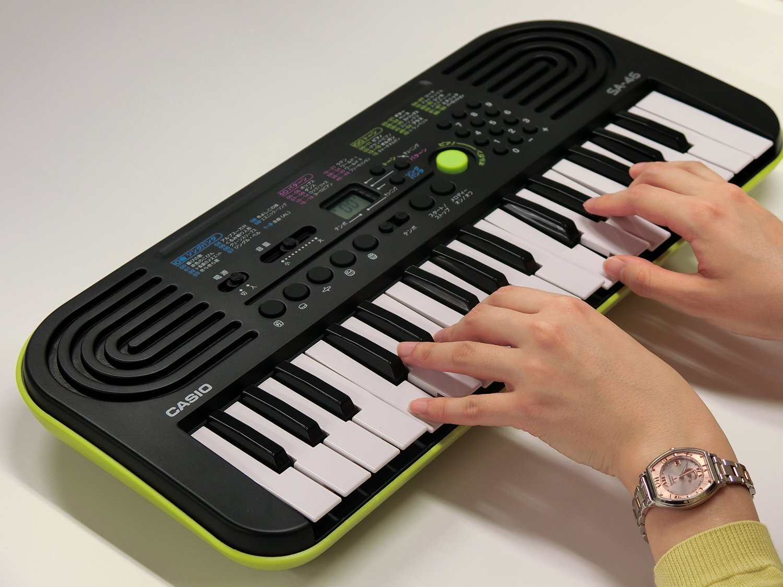 Đàn organ mini Casio SA-77 có kích thước vừa vặn