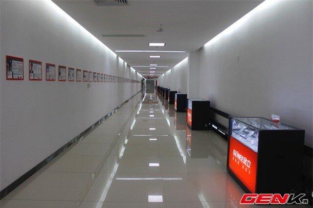 Hành lang là nơi trưng bày thành tích của đội ngũ nhân viên cũng như những sản phẩm đã từng được sản xuất và nghiên cứu phát triển.