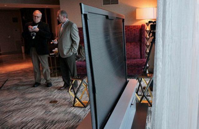 Mặt sau của tivi màn hình cuộn LG