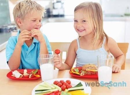 Không cho con vừa uống sữa công thức, sữa tươi vừa ăn hoa quả