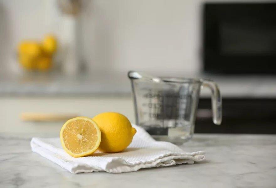 Dùng chanh pha loãng để vệ sinh vỉ và khử mùi bếp nướng điện