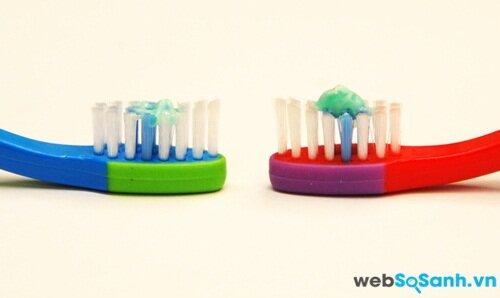 Sử dụng chỉ một vệt kem đánh răng cho đến khi trẻ được 3 tuổi và lượng kem chỉ nhỏ bằng hát đậu cho các trẻ lớn hơn