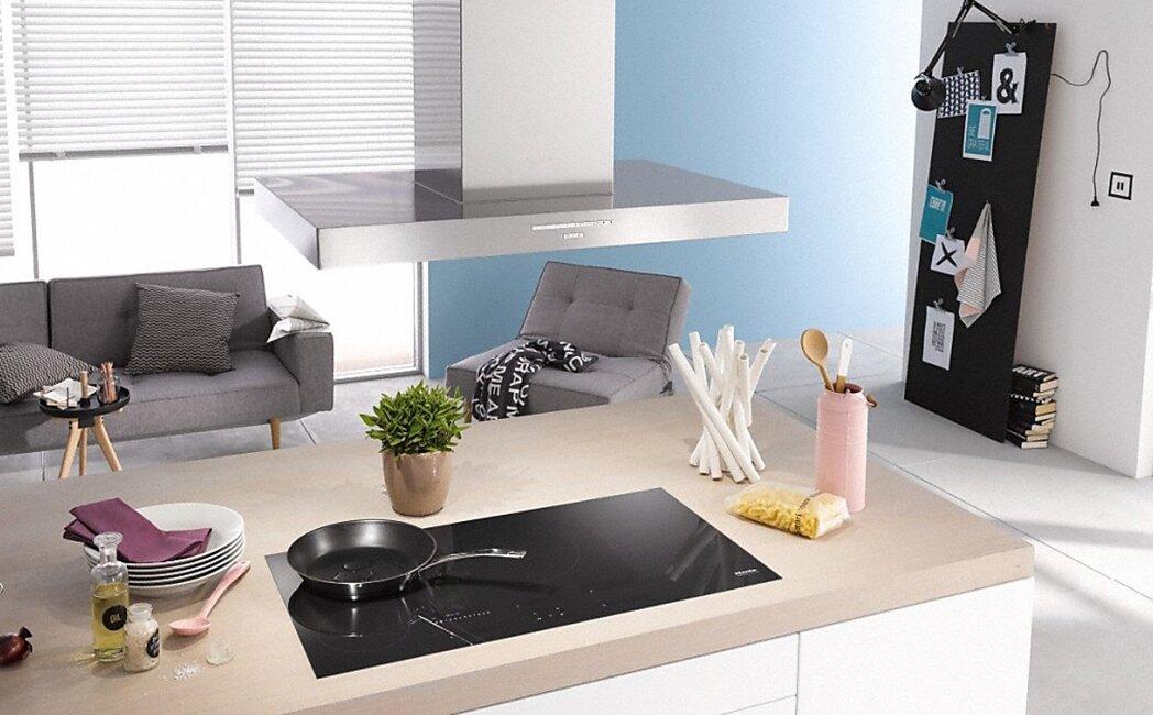 Máy hút mùi được lắp đặt độc lập phía trên của trần nhà, góp phần tạo nên vẻ sang trọng, tiện nghi cho căn bếp.