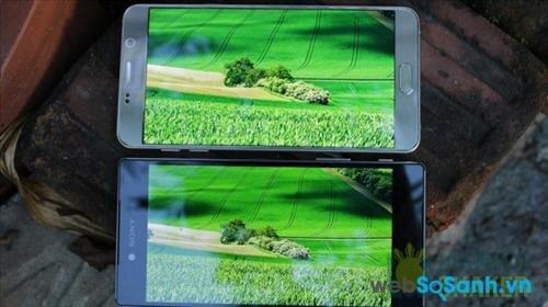 Màn hình hiển thị của điện thoại Sony Xperia Z5 Premium và điện thoại Samsung Galaxy Note 5