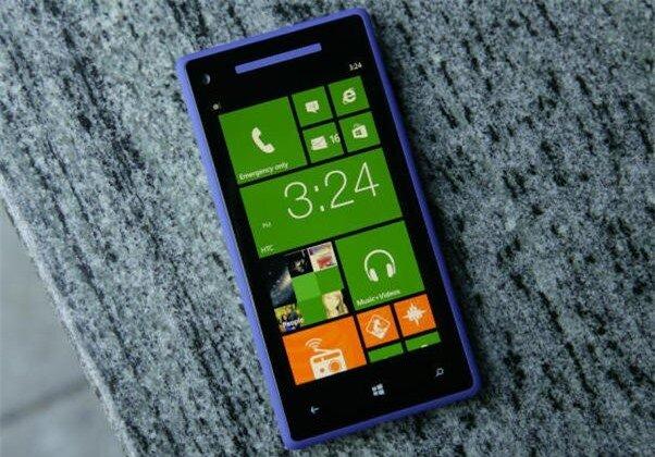 HTC 8X vừa hạ giá đang là tâm điểm của thị trường di động cuối năm. Ảnh: Cnet.