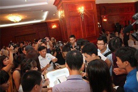Khách mời tham dự trong buổi họp báo xếp hàng trải nghiệm máy rất đông.