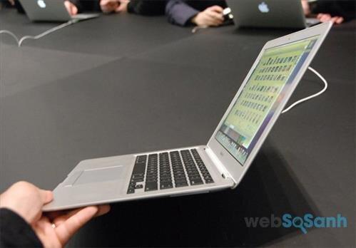 Laptop có thiết kế mỏng nhẹ phù hợp với người dùng thường xuyên phải di chuyển