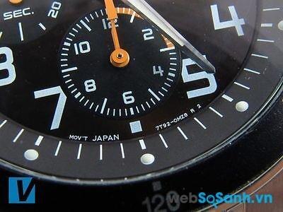 Model của đồng hồ Seiko chính hãng được khắc tại vị trí 6 giờ