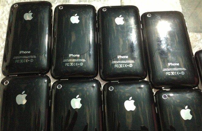 Những chiếc iPhone 3GS này không có hộp đựng. Giá cho một bộ phụ kiện bao gồm cáp, sạc của máy là 100.000 đồng (thường không có tai nghe).