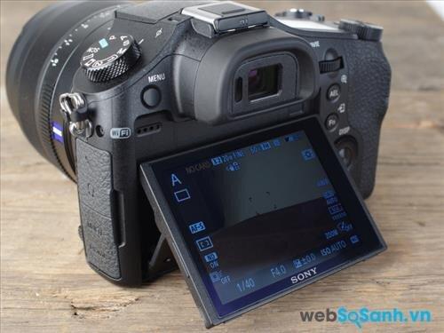 Mặt sau máy ảnh là nơi đặt màn hình LCD có thể lật 180 độ