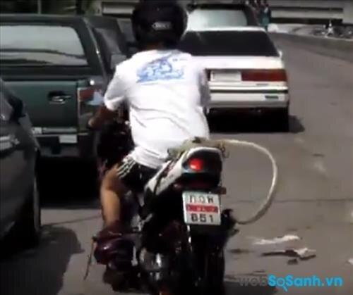 Một ống xả hỗ trợ pô xe máy sẽ giúp đi qua đường ngập lụt dễ dàng mà không chết máy