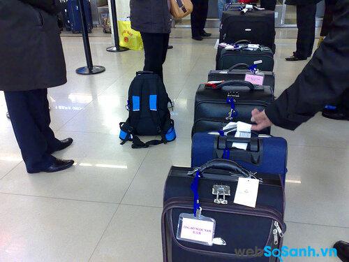 Với những chuyến đi xa, mang theo nhiều đồ đạc thì nên cho vào trong một chiếc va li và ghi rõ họ tên bên ngoài
